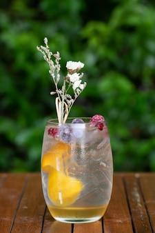 Gläser cocktails an der bar