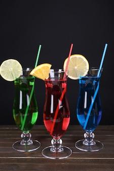 Gläser cocktails auf tisch auf schwarz