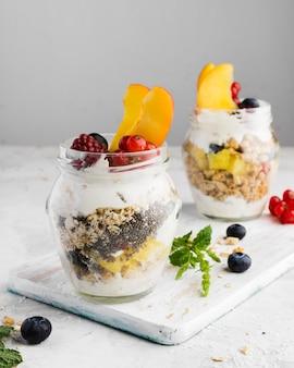 Gläser des köstlichen frucht-bio-nahrungsmittel-lebensstilkonzepts