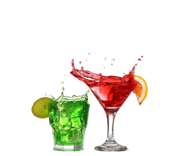 Gläser des roten cocktailtrinkgrüns lokalisiert auf weiß