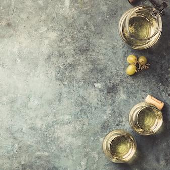 Gläser des weißen sektes auf rustikalem hintergrund