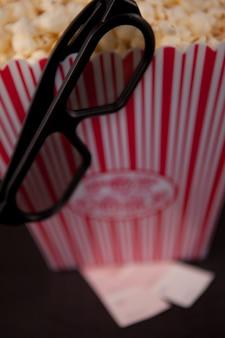 Gläser, die am rand einer dose popcorn hängen