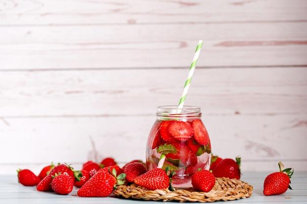 Gläser erdbeeren, minze wasser mit eis infundiert