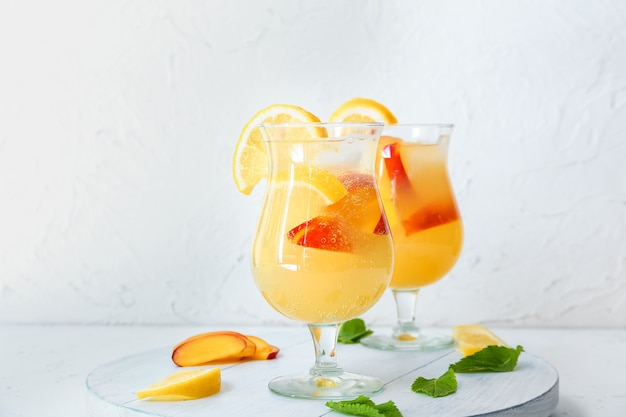 Gläser frische pfirsichlimonade auf dem tisch