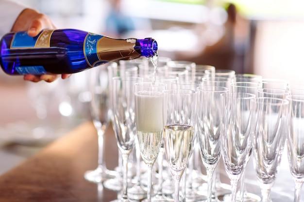 Gläser für einen champagner auf einem tisch.