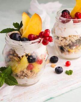 Gläser gefüllt mit obst bio-food-lifestyle-konzept