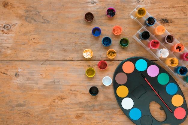 Gläser gouache und palette mit pinsel