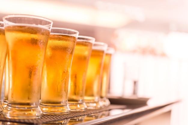 Gläser helles bier auf einer dunklen kneipe