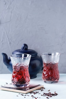 Gläser hibiskus-tee