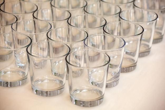 Gläser in einer tabelle