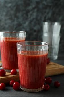 Gläser kirsch-smoothie und zutaten auf dunklem strukturiertem tisch