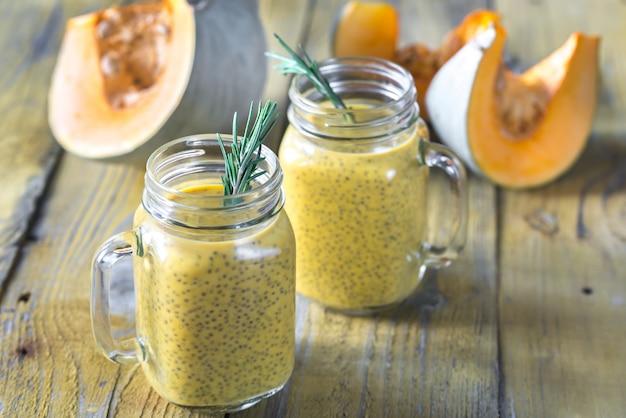 Gläser kürbis-chiasamen-pudding