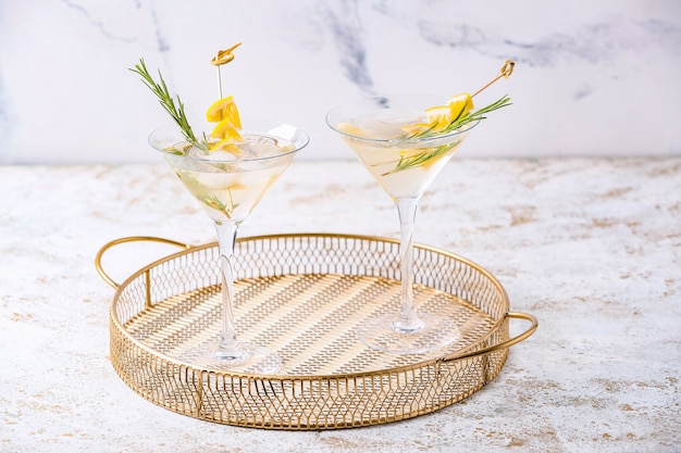 Gläser leckeren martini-cocktail auf dem tisch