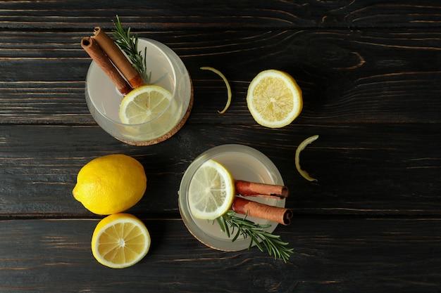Gläser limonade auf holzoberfläche, draufsicht