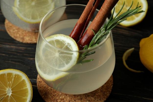 Gläser limonade auf holzoberfläche, nahaufnahme
