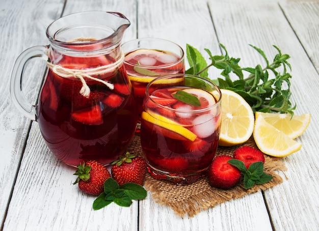 Gläser limonade mit erdbeeren