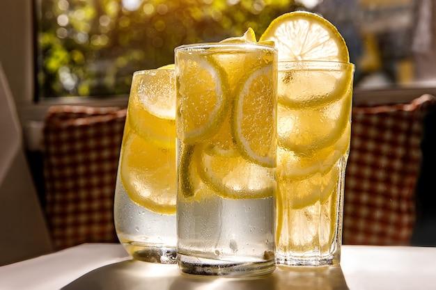 Gläser limonade mit zitrone auf dem sonnigen raum