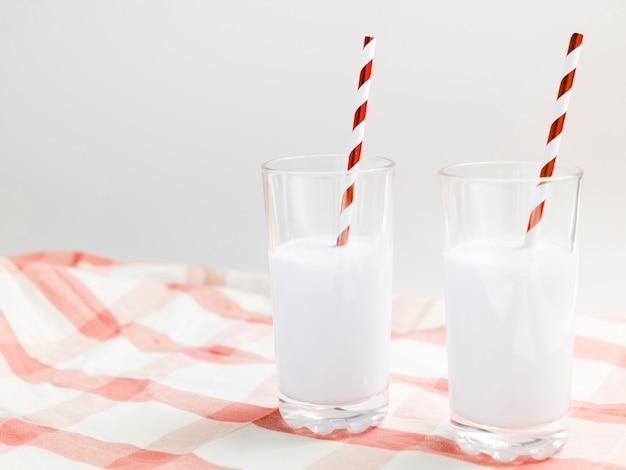 Gläser milch mit strohhalm