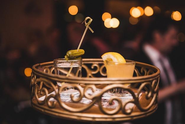 Gläser mit alkoholgetränken stehen auf einem hübschen tablett