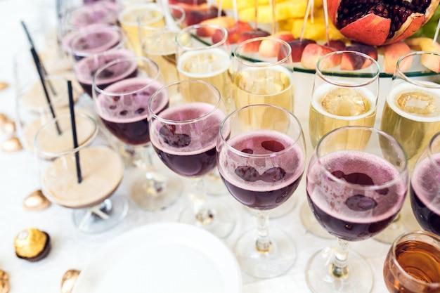 Gläser mit alkoholischen getränken
