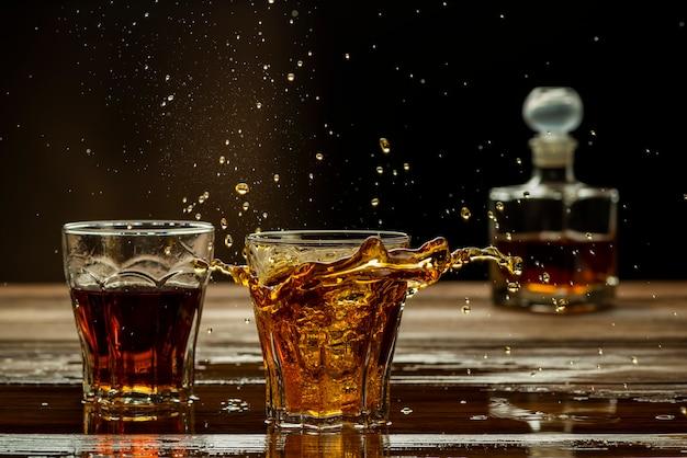 Gläser mit brandy auf dem tisch, starke alkoholische getränke