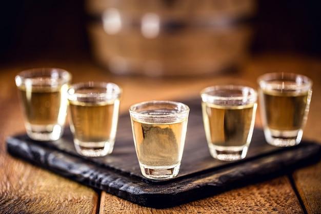 Gläser mit brasilianischem destilliertem getränk, bekannt als cachaca