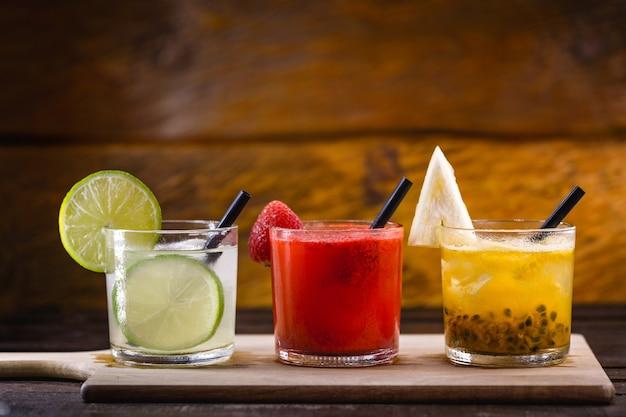 Gläser mit brasilianischem getränk, caipirinha, hergestellt aus früchten, zucker und cachaca. barszene