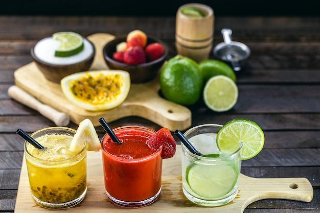 Gläser mit brasilianischem getränk, caipirinha, hergestellt aus früchten, zucker und cachaça. barszene