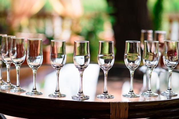 Gläser mit champagner und cocktails.