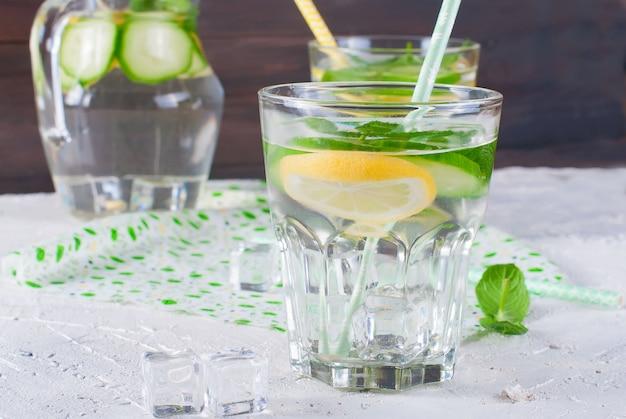 Gläser mit detox frische bio-gurke, zitrone und minze wasser