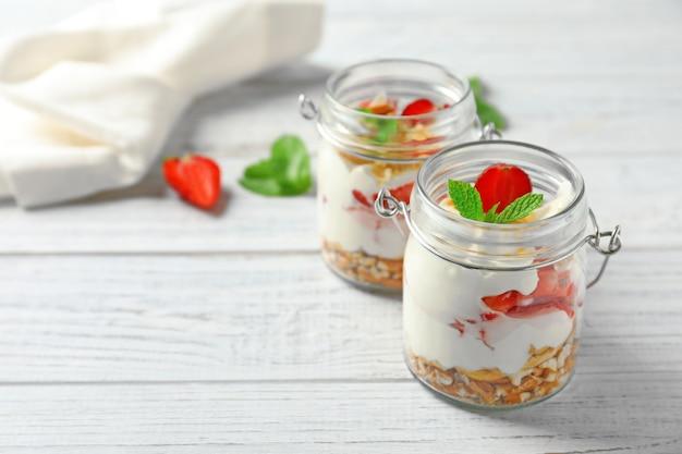 Gläser mit erdbeer-brezel-salat auf dem tisch