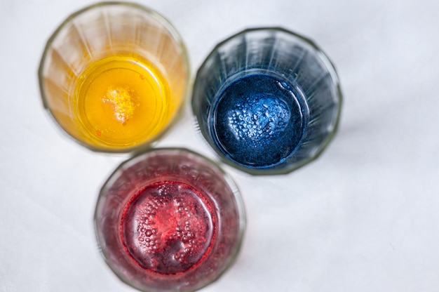 Gläser mit farbe für ostereier. schritt des lackierprozesses hausgemacht