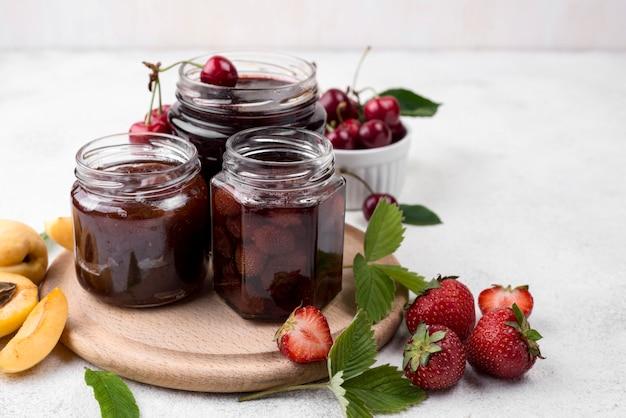 Gläser mit gedünsteten erdbeeren und kirschen