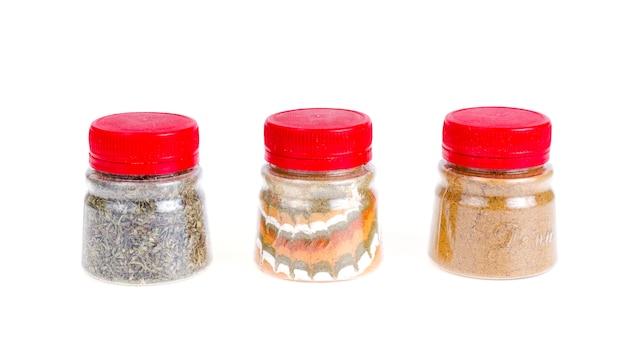 Gläser mit gemahlenen getrockneten gewürzen, kräuter