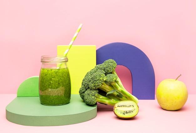 Gläser mit gesundem brokkoli-smoothie