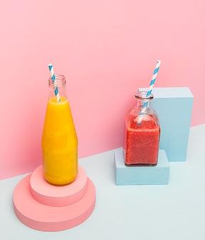 Gläser mit gesundem smoothie auf dem schreibtisch