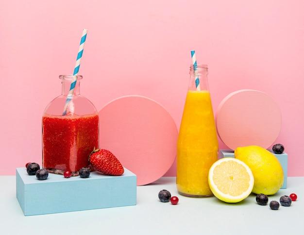 Gläser mit gesundem smoothie auf dem tisch