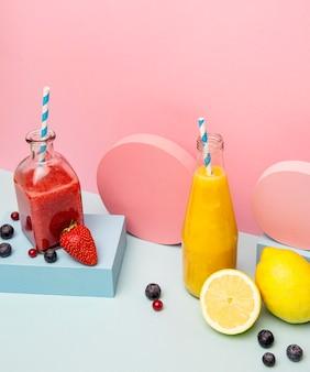 Gläser mit gesundem smoothie auf geometrischer unterstützung