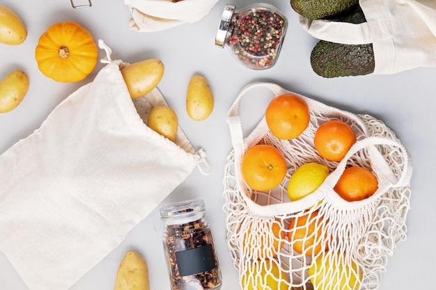 Gläser mit getreide, wiederverwendbare beutel mit frischem gemüse, obst
