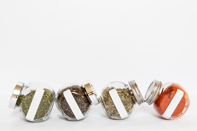 Gläser mit gewürzen und kräutersortiment