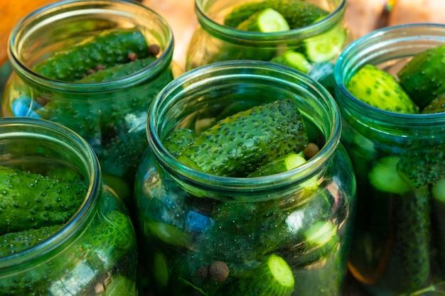 Gläser mit gurken aus der nähe, gurken für den winter einmachen.