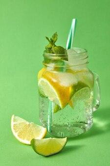 Gläser mit kaltem natürlichen cocktail hausgemacht