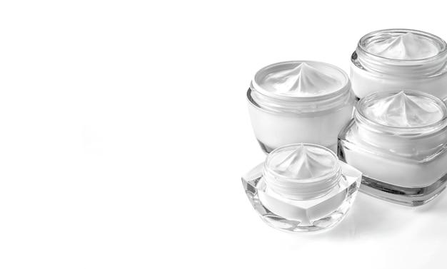 Gläser mit kosmetischer creme isoliert auf weißplatz kopieren