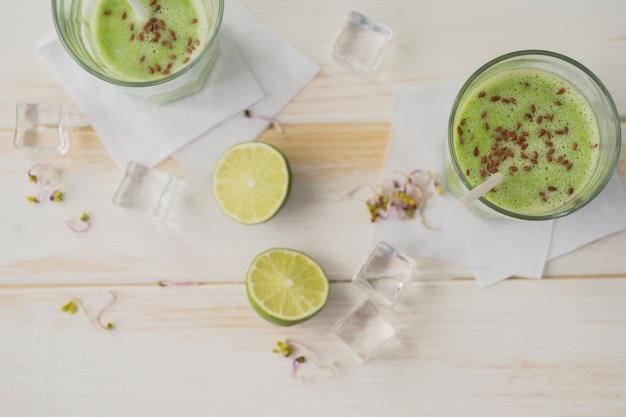 Gläser mit limetten-smoothie