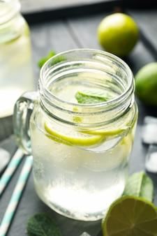 Gläser mit limonade auf dunkler holzoberfläche, nahaufnahme