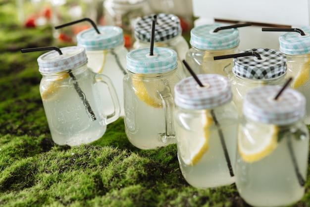 Gläser mit limonade auf schokoriegel