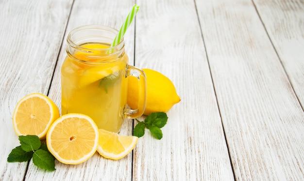 Gläser mit limonade