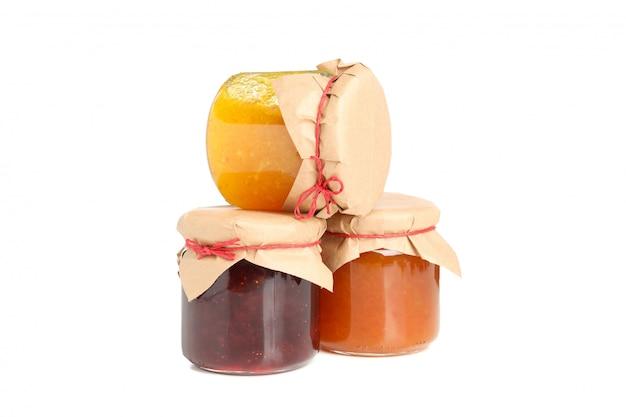 Gläser mit marmelade lokalisiert auf weißem hintergrund
