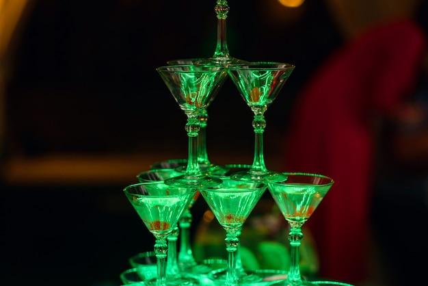 Gläser mit martini-cocktail, mit süßkirsche