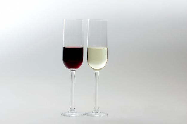 Gläser mit rot- und weißwein auf licht
